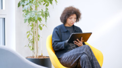 STYLISTIC Q7311: Woman working with her tablet